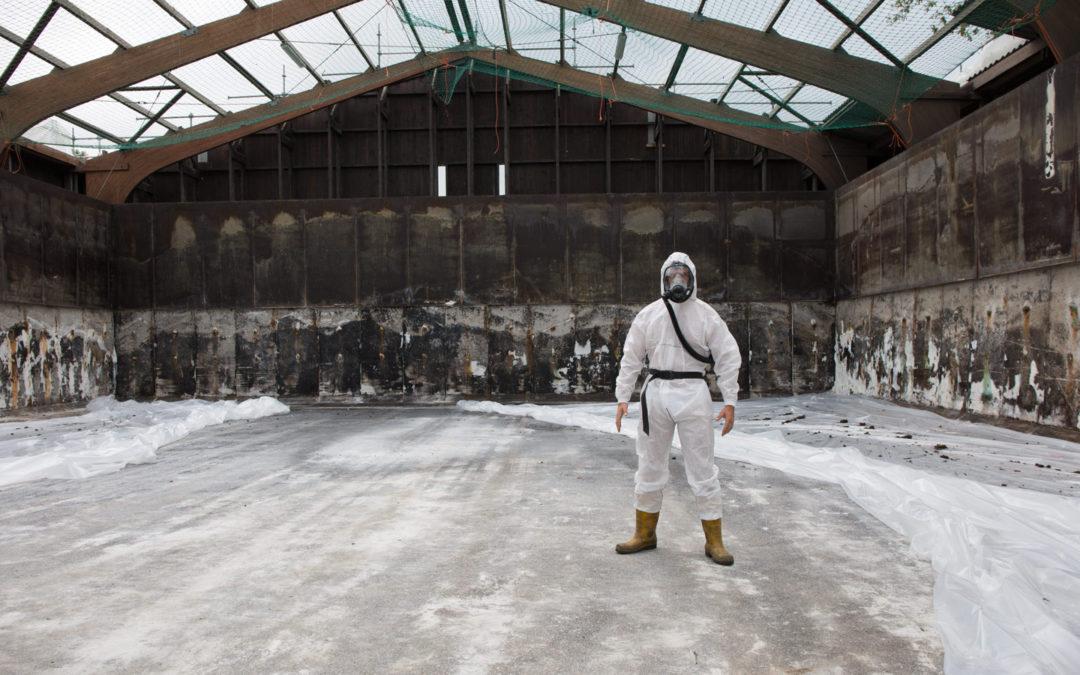 Rijkswaterstaat demonteren asbest dak van de zoutloods te Zevenaar
